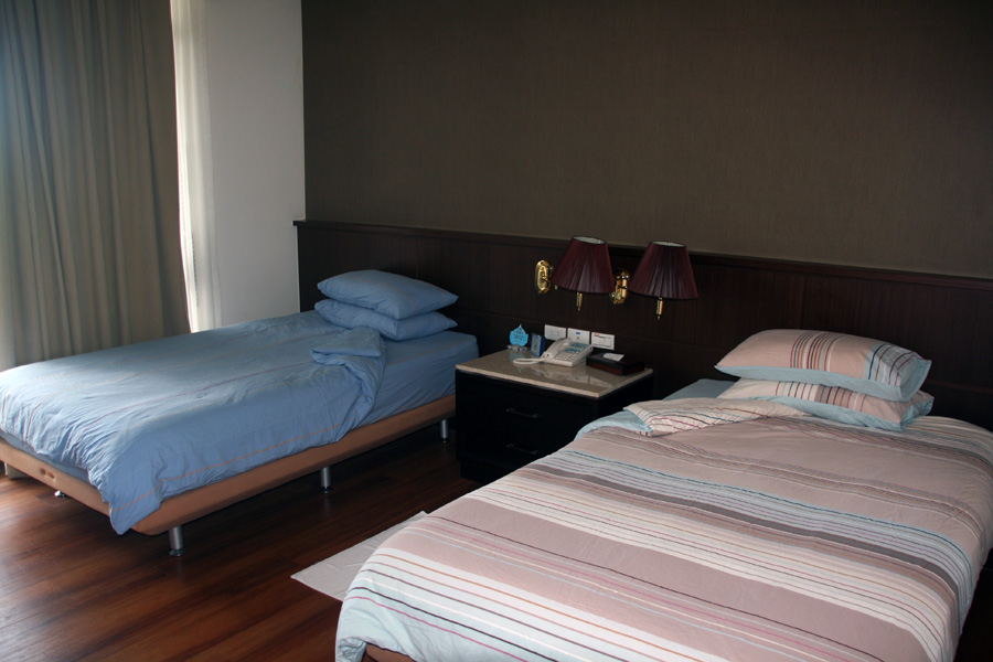 Room in the Landmark Marina Hotel - Courtesy of www.diversiondivetravel.com.au