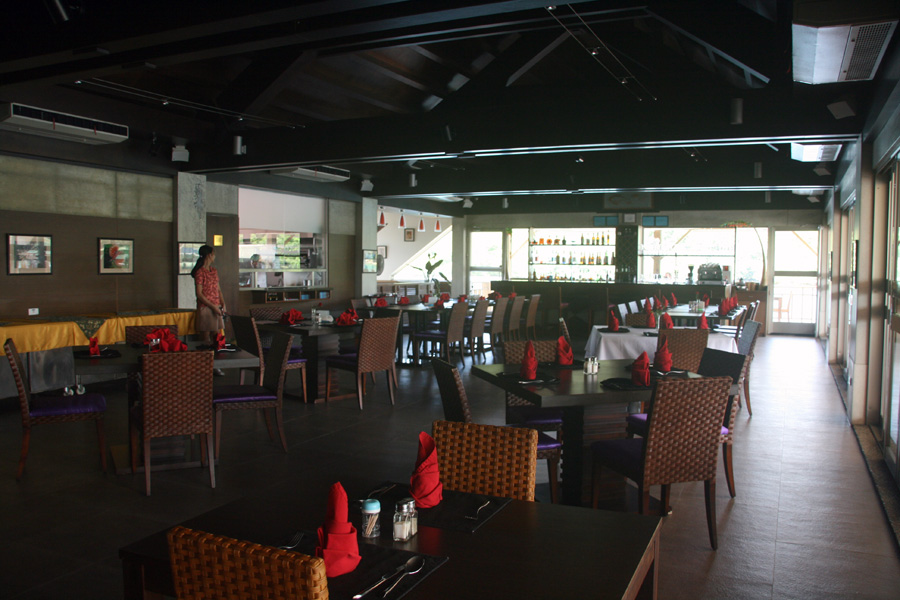 Restaurant of the Landmark Marina Hotel - Courtesy of www.diversiondivetravel.com.au